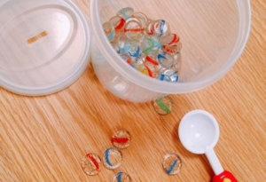 100均手作りおもちゃおはじきをスプーンでも遊ぶ